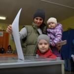 """Имя избирательницы с двумя детьми неизвестно. Узнали? Пишите в комментариях. Фото: Александр Сударев, """"Вечерний Краснотурьинск"""""""