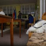 """Отопления  нет, поэтому у членов комиссии шали и другие теплые вещи пользовались популярностью.  Фото: Александр Сударев, """"Вечерний Краснотурьинск"""""""